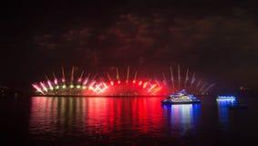 Fuegos artificiales chinos en fondo de la noche fotos de archivo libres de regalías