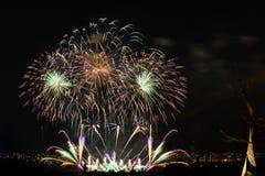 Fuegos artificiales Chispas grandes sobre ciudad de la noche Fotografía de archivo libre de regalías