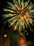 Fuegos artificiales chispeantes en el palacio Foto de archivo libre de regalías