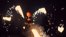 Fuegos artificiales chispeantes y baile del fuego de la vuelta de las muchachas Funcionamiento de la demostración del fuego metrajes