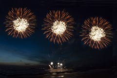 Fuegos artificiales, cohetes y llamaradas festivos imagenes de archivo