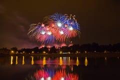 Fuegos artificiales coloreados hermosos en Zagreb, Croacia en la noche Imágenes de archivo libres de regalías