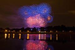 Fuegos artificiales coloreados hermosos en Zagreb, Croacia, en la noche Fotos de archivo libres de regalías