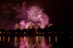 Fuegos artificiales coloreados hermosos en Zagreb, Croacia, en la noche Foto de archivo libre de regalías