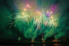 Fuegos artificiales coloreados hermosos en Zagreb, Croacia, en la noche Fotografía de archivo libre de regalías