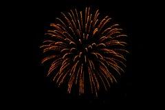 Fuegos artificiales coloridos agradables en el cielo negro Fotos de archivo libres de regalías