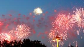 Fuegos artificiales coloridos celebradores Foto de archivo libre de regalías