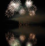 Fuegos artificiales coloridos con la reflexión en el lago Fotos de archivo libres de regalías