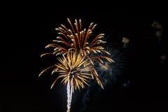 Fuegos artificiales coloridos de la celebración Saludo de los días de fiesta del Año Nuevo el 4 de julio, Foto de archivo libre de regalías