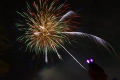 Fuegos artificiales coloridos de la Feliz Año Nuevo 2016 en el cielo nocturno Imagen de archivo