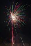 Fuegos artificiales coloridos de la Feliz Año Nuevo 2016 en el cielo nocturno Foto de archivo