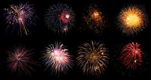 Fuegos artificiales coloridos del día de fiesta en fondo negro del cielo Foto de archivo