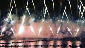 Fuegos artificiales coloridos en cielo oscuro de la tarde almacen de video