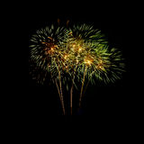 Fuegos artificiales coloridos en el cielo negro Imagen de archivo