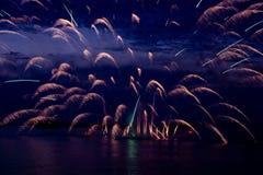 Fuegos artificiales coloridos en el cielo negro Fotografía de archivo libre de regalías