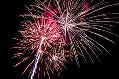 Fuegos artificiales coloridos en el cielo negro Foto de archivo libre de regalías