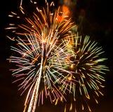 Fuegos artificiales coloridos en el cielo negro Imagenes de archivo