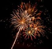 Fuegos artificiales coloridos en el cielo negro Imagen de archivo libre de regalías