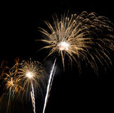 Fuegos artificiales coloridos en el cielo nocturno Foto de archivo