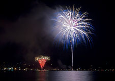 Fuegos artificiales coloridos en el lago Imagen de archivo