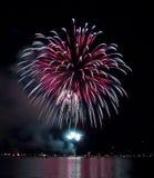 Fuegos artificiales coloridos en el lago Foto de archivo