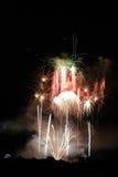 Fuegos artificiales coloridos enormes Imágenes de archivo libres de regalías