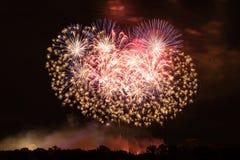 Fuegos artificiales coloridos enormes Fotografía de archivo