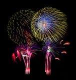 Fuegos artificiales coloridos hermosos en el cielo oscuro Fotos de archivo libres de regalías