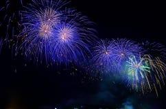 Fuegos artificiales coloridos Los fuegos artificiales son una clase de pyrotechn explosivo Imagen de archivo