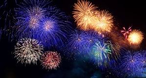 Fuegos artificiales coloridos Los fuegos artificiales son una clase de pyrotechn explosivo Fotos de archivo libres de regalías