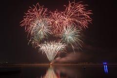 Fuegos artificiales coloridos que estallan sobre un cielo nocturno oscuro Imagen de archivo libre de regalías