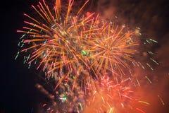 Fuegos artificiales coloridos sobre el cielo oscuro Foto de archivo
