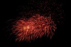 Fuegos artificiales coloridos sobre el cielo oscuro, exhibido durante un evento de la celebración Imagenes de archivo