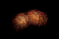 Fuegos artificiales coloridos sobre el cielo oscuro, exhibido durante un evento de la celebración Imagen de archivo