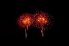 Fuegos artificiales coloridos sobre el cielo oscuro, exhibido durante un evento de la celebración Imágenes de archivo libres de regalías