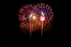 Fuegos artificiales coloridos sobre el cielo oscuro, exhibido durante un evento de la celebración Foto de archivo libre de regalías
