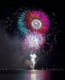 Fuegos artificiales coloridos sobre el lago Imagen de archivo