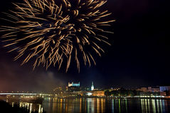Fuegos artificiales con el panorama de la noche de Bratislava Foto de archivo libre de regalías