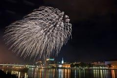 Fuegos artificiales con el panorama de la noche de Bratislava Imagen de archivo libre de regalías