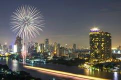 Fuegos artificiales con la opinión del río del paisaje urbano de Bangkok en la escena crepuscular, t Foto de archivo libre de regalías