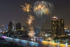 Fuegos artificiales con la opinión del río del paisaje urbano en la escena de la noche Fotos de archivo