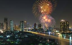 Fuegos artificiales con la opinión del río del paisaje urbano en la escena de la noche Fotos de archivo libres de regalías