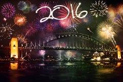 Fuegos artificiales con los números 2016 sobre el puente Fotos de archivo libres de regalías