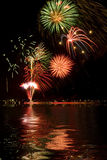 Fuegos artificiales con reflexiones Imagen de archivo libre de regalías