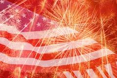 Fuegos artificiales contra la bandera de Estados Unidos Fotografía de archivo libre de regalías