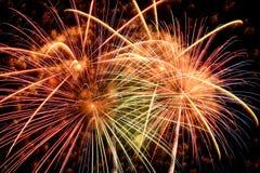 Fuegos artificiales de colores diversos en la noche Fotos de archivo libres de regalías