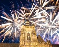 Fuegos artificiales de la catedral y del día de fiesta del St Vitus Cathedral Roman Catholic -- Castillo de Praga y Hradcany, Rep Fotos de archivo libres de regalías