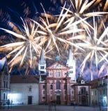 Fuegos artificiales de la catedral y del día de fiesta del St Vitus Cathedral Roman Catholic -- Castillo de Praga y Hradcany, Rep Fotos de archivo