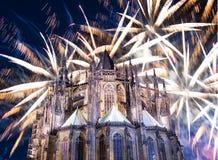 Fuegos artificiales de la catedral y del día de fiesta del St Vitus Cathedral Roman Catholic -- Castillo de Praga y Hradcany, Rep Imagen de archivo