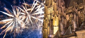 Fuegos artificiales de la catedral y del día de fiesta del St Vitus Cathedral Roman Catholic -- Castillo de Praga y Hradcany, Rep Fotografía de archivo libre de regalías